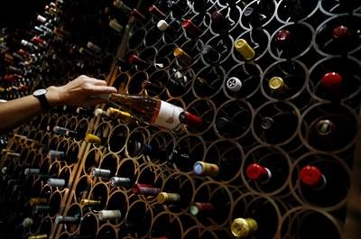 Най-голям спад и на износа, и на вноса има при безалкохолните и алкохолните напитки.
