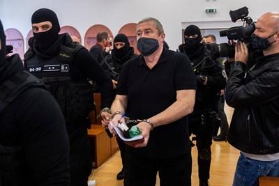 Спецполицаи ескортират прокурора Душан Ковачик в съдебната зала. СНИМКА: TASR