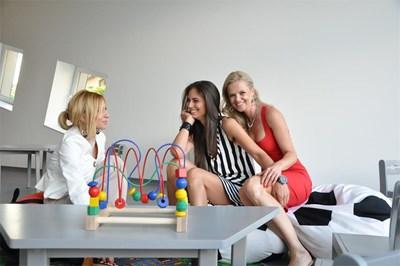 Любимата на Димитър Бербатов Елена (в средата) сияе, докато с приятелката  Диана (вдясно) изпробват мебелите за дечицата.