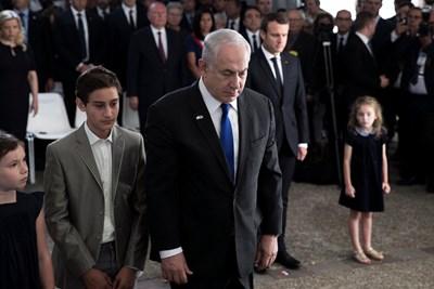 Френският президент Еманюел Макрон припомни днес цялата отговорност на Франция за масовите арести на евреи в столицата и околността през 1942 година. СНИМКИ: РОЙТЕРС
