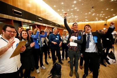 Привърженици на консерваторите се радват на резултатите. СНИМКИ: РОЙТЕРС