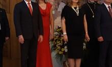 Десислава Радева заложи на изчистена червена рокля за приема за 24 май (Видео)