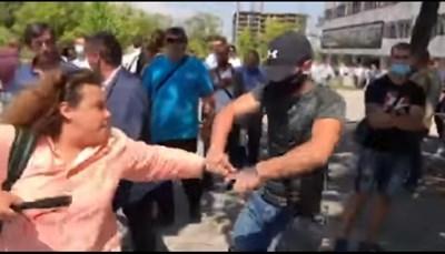 Агресорът изби два пъти телефона от ръцете на журналиста Полина Паунова .