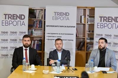 Модераторът на дискусията Георги Милков с Андрей Новаков (вляво) и Владимир Сиркаров (вдясно) СНИМКА: Йордан Симeонов