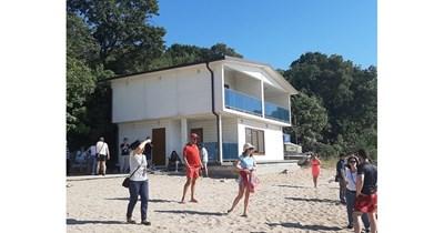 """Една от постройките на пясъка, за които има издадена заповед за събаряне. СНИМКА: """"24 часа"""""""