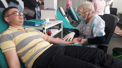 Абитуриенти от Бургас решиха да отпразнуват завършването си като дарят кръв.