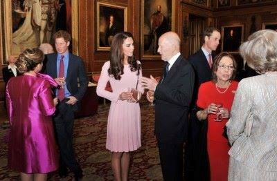 Симеон II разговаря с Кейт Мидълтън на приема преди сватбата й с принц Уилям (на заден план вдясно). Царят и доня Маргарита (в червената рокля) бяха гости на венчавката на престолонаследника през 2011 г. На снимката вляво е и принц Хари.   СНИМКА: ПРЕССЕКРЕТАРИАТ НА ЦАРЯ