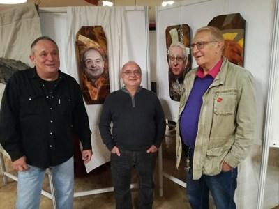 Художникът Петър Маринов (вляво) с актьорите Дидо Мачев и Светослав Пеев (вдясно) и техните портрети, рисувани от него. СНИМКА: АВТОРЪТ