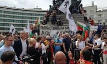 Антиваксъри, Ченалова и Йоло Денев протестираха срещу Бил Гейтс и сатанинските слуги у нас