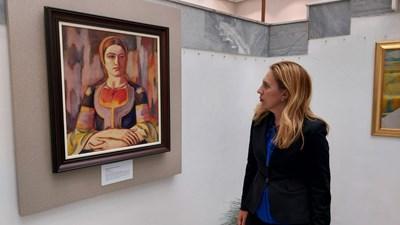 Вицепремиерът и министър на туризма Марияна Николова разгледа картините на Владимир Димитров-Майстора в Художествената галерия в Кюстендил. СНИМКИ: Министерство на туризма