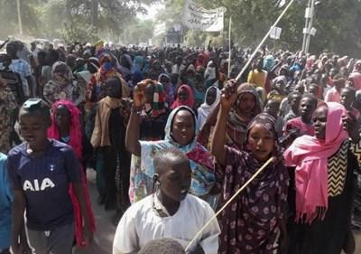 Судански цивилни протестирааха в края на миналата година срещу хибридната операция на ООН в Дарфур. Снимка: Ройтерс