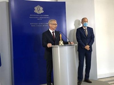 Служебният министър на образованието проф. Николай Денков пое поста от Красимир Вълчев и удари училищния звънец.