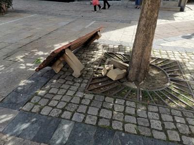 """Строшената пейка на площад """"20-ти юли"""" в Карлово възмути в събота хората от града на Левски. Снимка: Петя Ангелова"""
