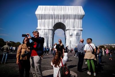 Опакованата по проект на Кристо Триумфална арка в Париж. СНИМКА: РОЙТЕРС