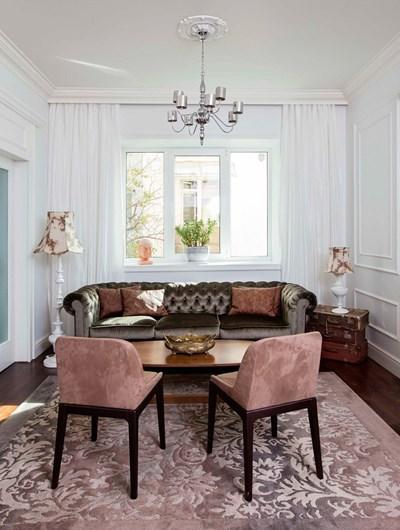 """Приемната зона, оформена като типична гостна с красивата камина. Диван """"Димел дизайн"""". Килими - """"Карпет хаус""""."""