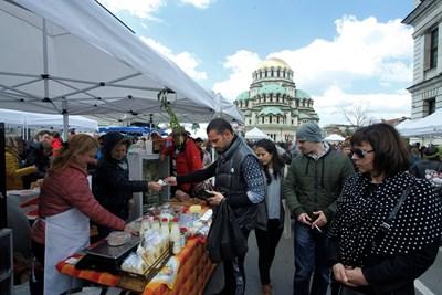 Истински кашкавал от малки ферми и натурално прясно мляко бяха сред най-търсените продукти на пазара в София. СНИМКА: Йордан Симeонов