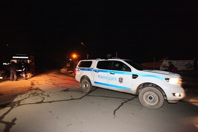 Полицеиски патрули стояха снощи пред вилата, в която бе открито тялото на самоубилия се Ангелов.    СНИМКА: НИКОЛАЙ ЛИТОВ
