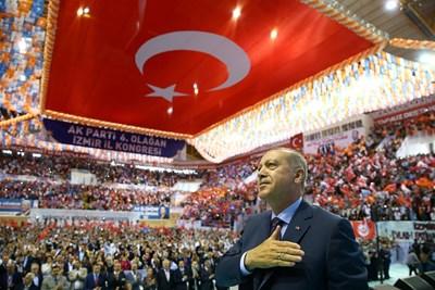 Реджеп Ердоган се държи за сърцето, докато слуша химна в Измир.