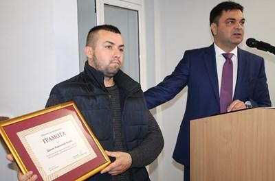 За смелостта си Дамян Колев получи благодарности и награда от кмета на Димитровград Иво Димов.
