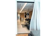 Поглед през плъзгащите се стъклени врати на втората спалня  към хола