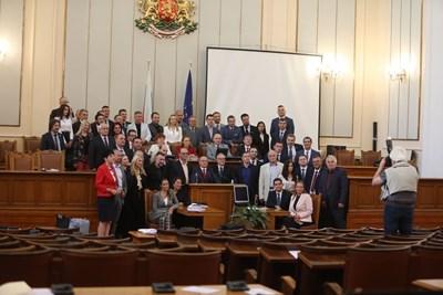 """""""Има такъв народ"""" си правят снимка на групата в пленарната зала, след като се разбра, че няма да има обща на всички депутати. СНИМКА: Николай Литов"""