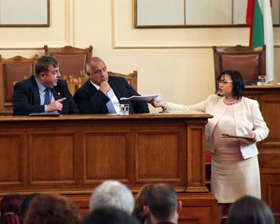 Соцлидерката Корнелия Нинова се разправя с вицепремиера Красимир Каракачанов под погледа на премиера Бойко Борисов и му подава националната стратегия за бежанците, приета от правителството.  СНИМКИ: РУМЯНА ТОНЕВА