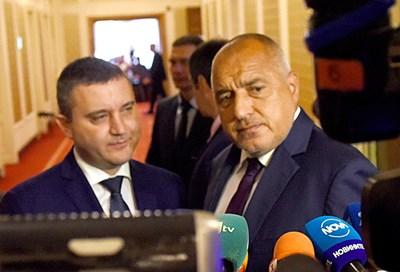 Премиерът Бойко Борисов изненада депутатите, като се появи с министър Владислав Горанов и внесе закона.