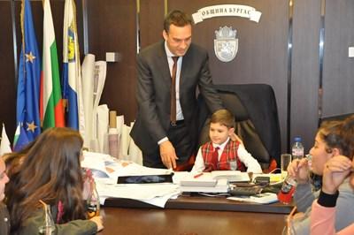 8-годишният Апостол Фотев получава указания от кмета Димитър Николов.