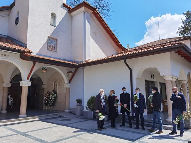 Съболезнования на близките му поднесоха също няколко дипломати и общественици като Евгени Михайлов, Ивайло (Нойзи) Цветков, Емил Джасим и др.