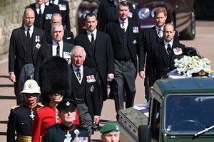 Децата, внуците и семейството на принц Филип вървяха след ковчега по време на процесията.