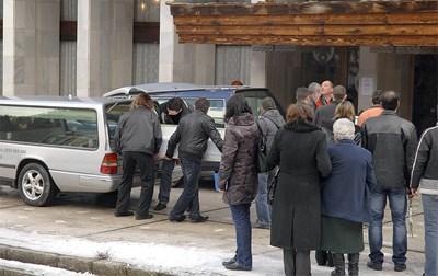 Мъртвите бяха погребани вчера в бели ковчези. Снимка: Наташа Манева