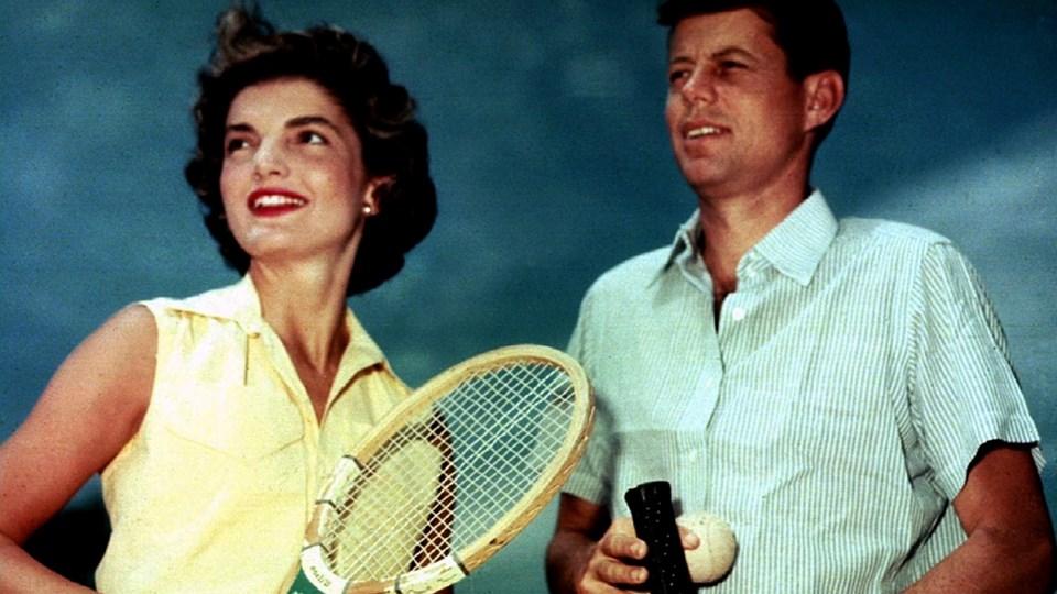 Джаки Кенеди чака Ванга да разкрие убиеца на мъжа й. ДС осуетява срещата и не пуска пророчицата да напусне страната