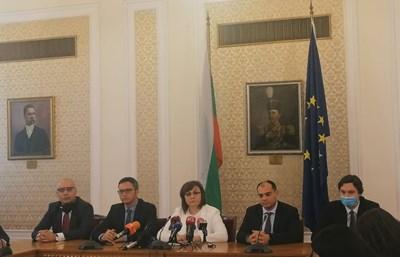 Лидерката Корнелия Нинова и соцдепутати на брифинга в парламента.