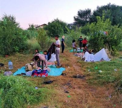 Ромите още не бяха разпънали колибите си, когато бяха засечени от служители на общината.