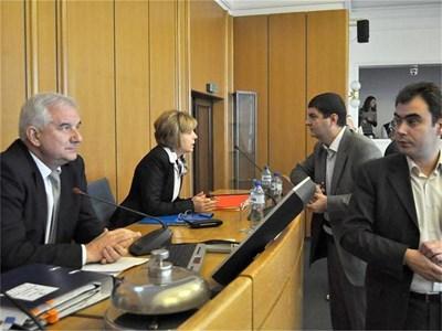 Кметът на София Йорданка Фандъкова и председателят на СОС Андрей Иванов (вляво) подкрепиха създаването на анкетна комисия за Общинска банка. СНИМКА: АНДРЕЙ БЕЛОКОНСКИ