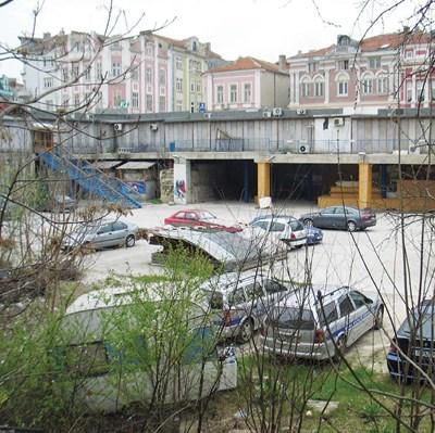 Така изглежда дупката в центъра на Варна, за която общинският съвет поиска 43 млн. помощ от държавата. СНИМКА: 24 часа
