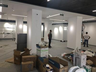 Работници довършват новата галерия в Детмаг. Снимка: Авторът