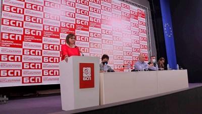 Лидерката на БСП Корнелия Нинова представи доклад за задачите на партията на предстоящия вот. СНИМКИ: БСП