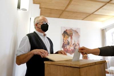 Мъж гласува на изборите днес в Германия. СНИМКА: РОЙТЕРС