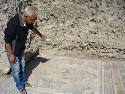 Ръководителят на разкопките Димитър Янков показва откъде очаква да излязат поне още две фигури от мозайката, едната от които - на самия бог Дионис.