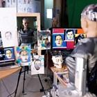 Хуманоидният робот София рисува на лист хартия, преди да продаде собствените си произведения на изкуството на търг в Хонконг. СНИМКА: РОЙТЕРС