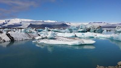 Леденото езеро Йокюлсарлон, където свършва единият от ръкавите на ледника Хванадалсхнукюр, покрил едноименния вулкан. При слънчево време удоволствието да видиш целия ледник на фона на плуващи късове лед на около 1500 години е голямо.