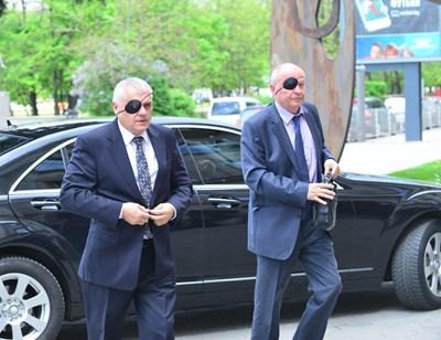 Вътрешният министър Валентин Радев (вляво) идва на срещата с превръзка на окото. Всички присъстващи от системата на МВР се явиха така в знак на съпричастност с ранената от хулиган колежка. СНИМКИ: ЙОРДАН СИМЕОНОВ
