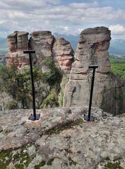 Предишното осветление според бившия кмет Емил Цанков изобщо не е било върху скалите, а пред тях.