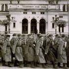 Съветски войници и офицери маршируват пред Народното събрание в София, 1947 г.