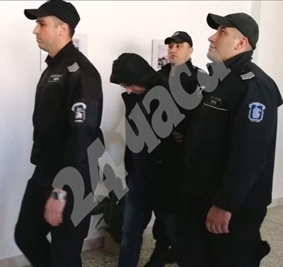 Камен Филипов под конвой при предно явяване пред  съда в Бургас.  СНИМКА: 24 часа