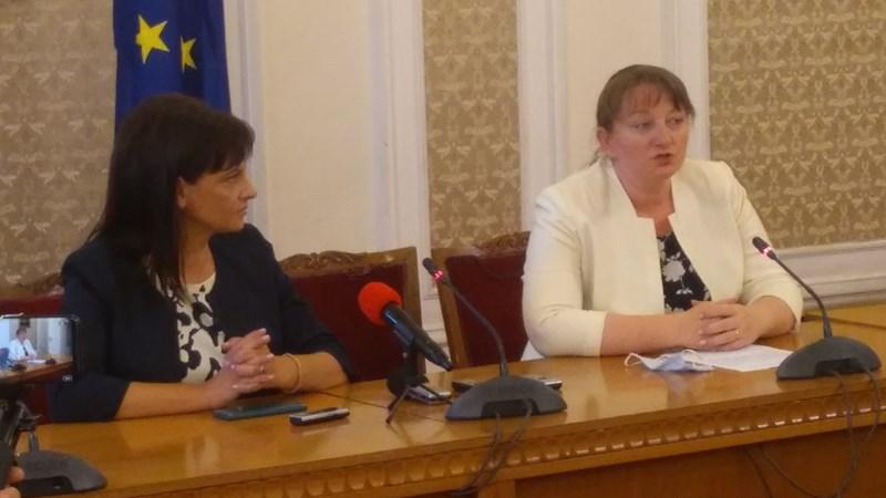 Председателката на здравната комисия към НС Даниела Дариткова (в ляво) и министър Деница Сачева
