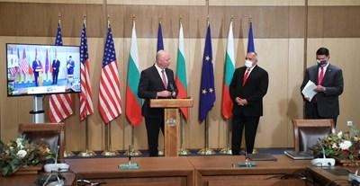 Последното публично събитие на премиера Бойко Борисов бе в петък, когато заедно със зам.-държавния секретар на САЩ Кейт Крач и транспортния министър Росен Желязков подписаха споразумение за сигурността на 5G мрежата.  СНИМКА: МС