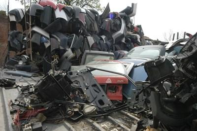 Парите от екотаксите трябва да отиват у фирмите, които разфасоват старите коли и утилизират отпадъците от тях.