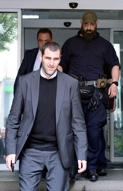 Прокурор Ангел Кънев (на преден план), командосът с брадата зад него и задържаният Красимир Живков  СНИМКА: ЙОРДАН СИМЕОНОВ